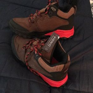 Rare Vionic hiking boots. Size 6.5, brown with red